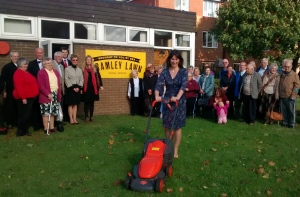 Rachel Reeves MP cuts the lawn to open Bramley Lawn